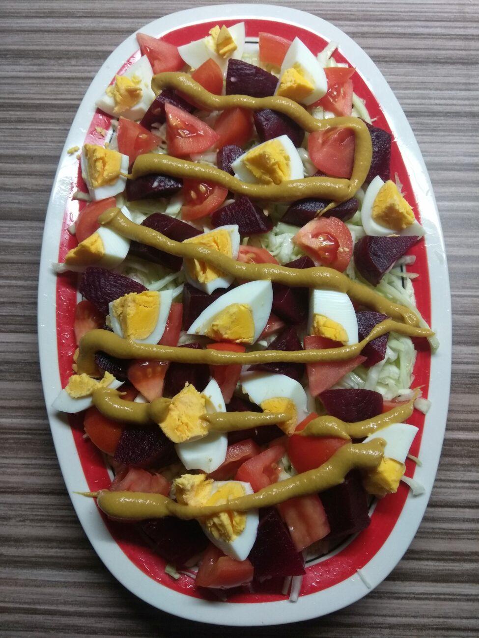 Салат со свеклой, яйцами и помидорами под горчичной заправкой