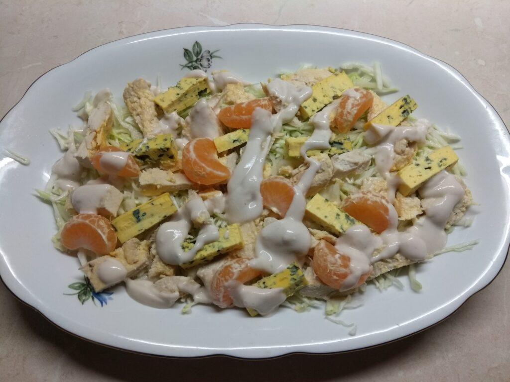 Фото рецепта - Салат с курицей, голубым сыром и мандаринами - шаг 5
