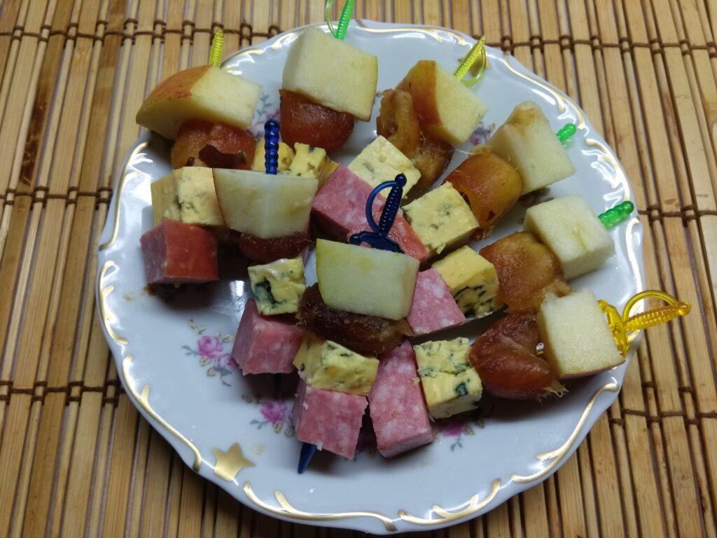 Фото рецепта - Канапе из фиников, сыра, яблок - шаг 5