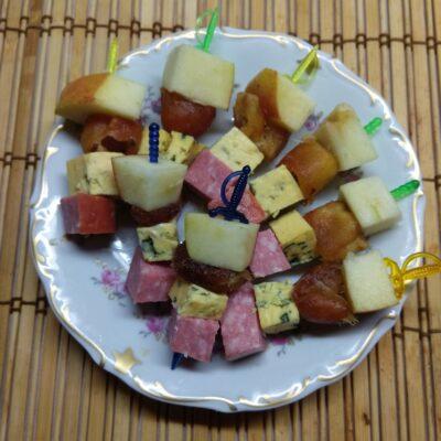 Канапе из фиников, сыра, яблок - рецепт с фото