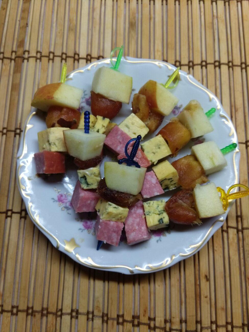 Канапе из фиников, сыра, яблок