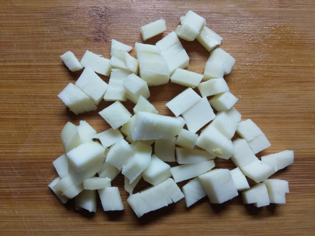 Фото рецепта - Закусочные корзинки с салями, сыром и яблоком - шаг 3