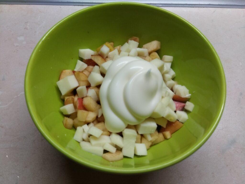 Фото рецепта - Закусочные корзинки с салями, сыром и яблоком - шаг 4