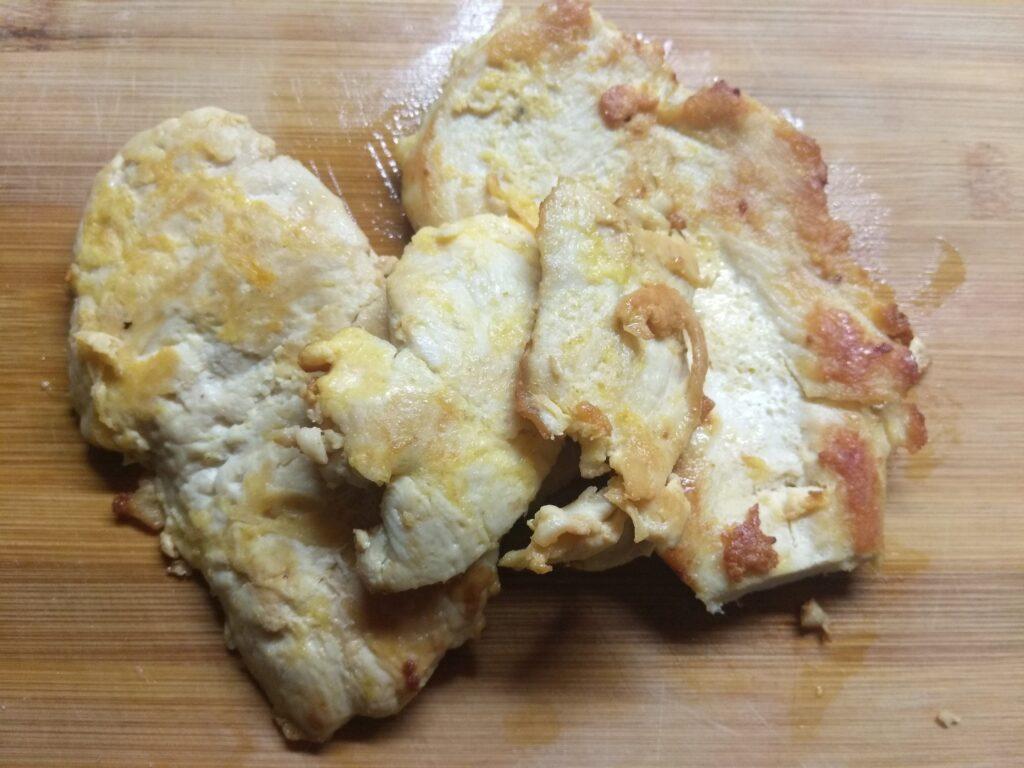 Фото рецепта - Тарталетки с курицей, соленым огурцом и яйцами - шаг 1