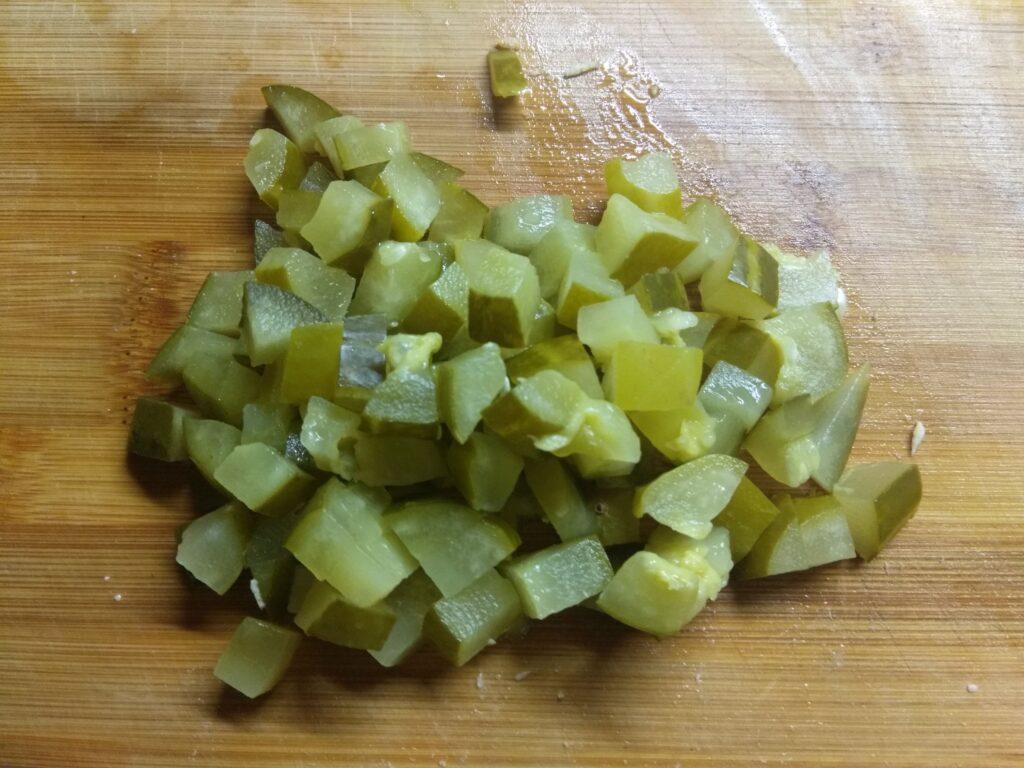 Фото рецепта - Тарталетки с курицей, соленым огурцом и яйцами - шаг 3