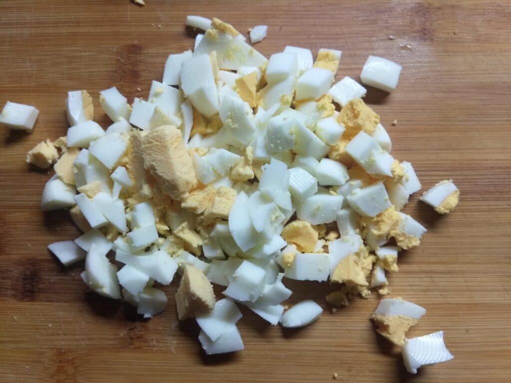 Фото рецепта - Тарталетки с курицей, соленым огурцом и яйцами - шаг 2