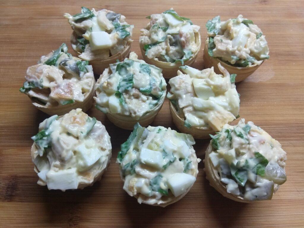 Фото рецепта - Тарталетки с курицей, соленым огурцом и яйцами - шаг 6