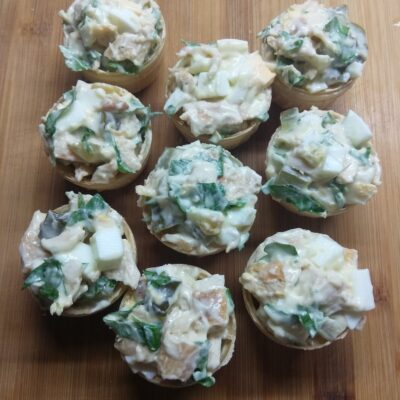 Тарталетки с курицей, соленым огурцом и яйцами - рецепт с фото