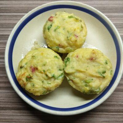 Картофельные кексы с салями, сыром и кинзой - рецепт с фото