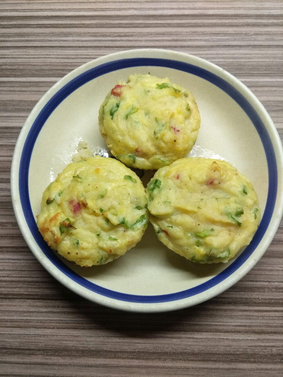 Картофельные кексы с салями, сыром и кинзой