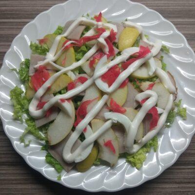 Салат с бужениной, грушей и маринованным имбирем - рецепт с фото