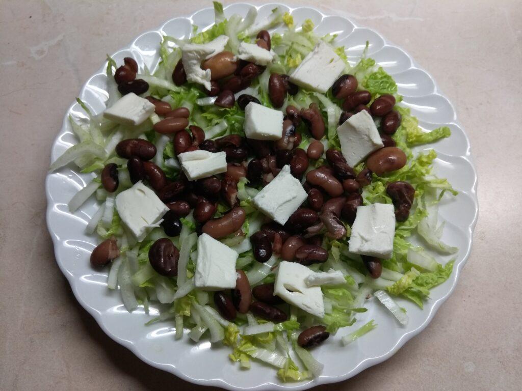 Фото рецепта - Салат с капустой, фасолью и плавленым сыром - шаг 3