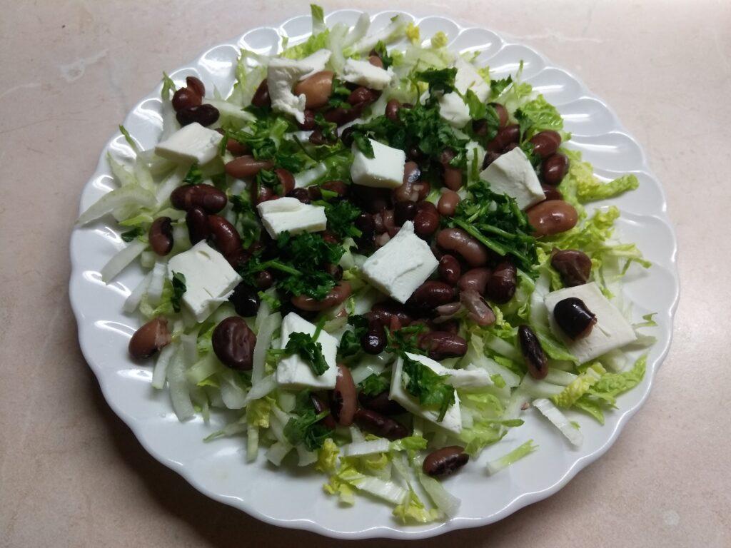 Фото рецепта - Салат с капустой, фасолью и плавленым сыром - шаг 4