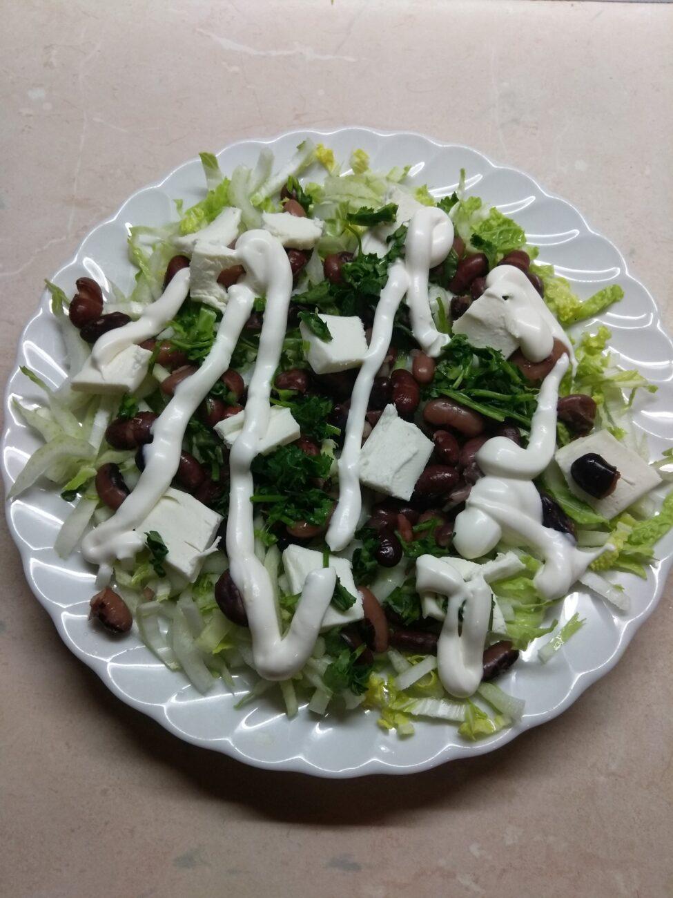 Салат с капустой, фасолью и плавленым сыром