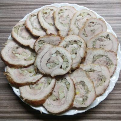 Мясной рулет из корейки с яблоками и луком - рецепт с фото