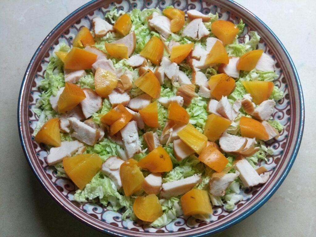 Фото рецепта - Салат из пекинской капусты с хурмой, курицей и гранатом - шаг 3