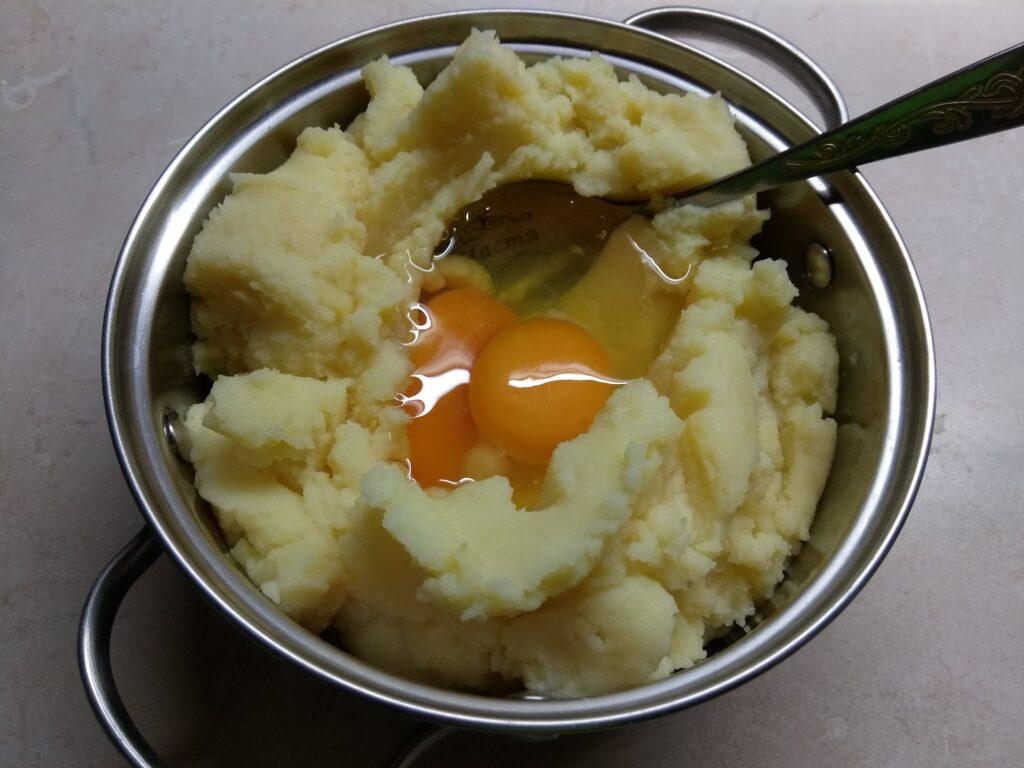 Фото рецепта - Картофельные кексы с салями - шаг 1