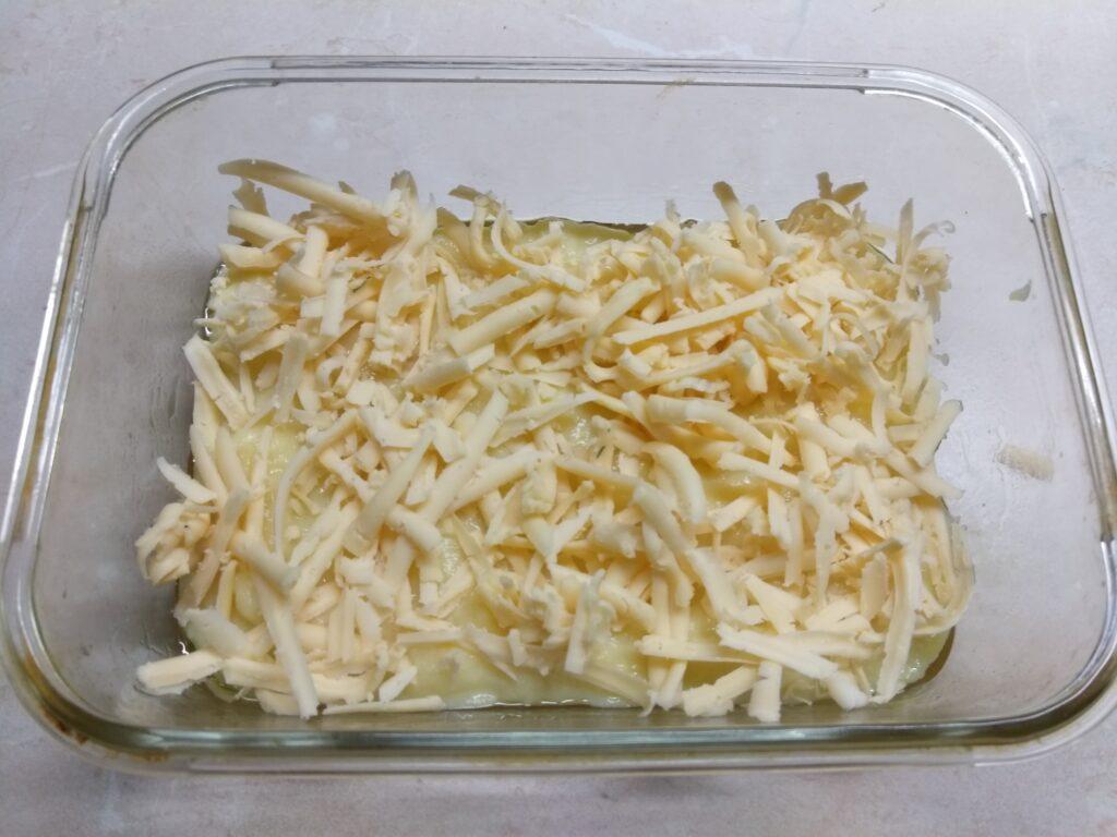 Фото рецепта - Картофельная запеканка с докторской колбасой и сыром - шаг 2