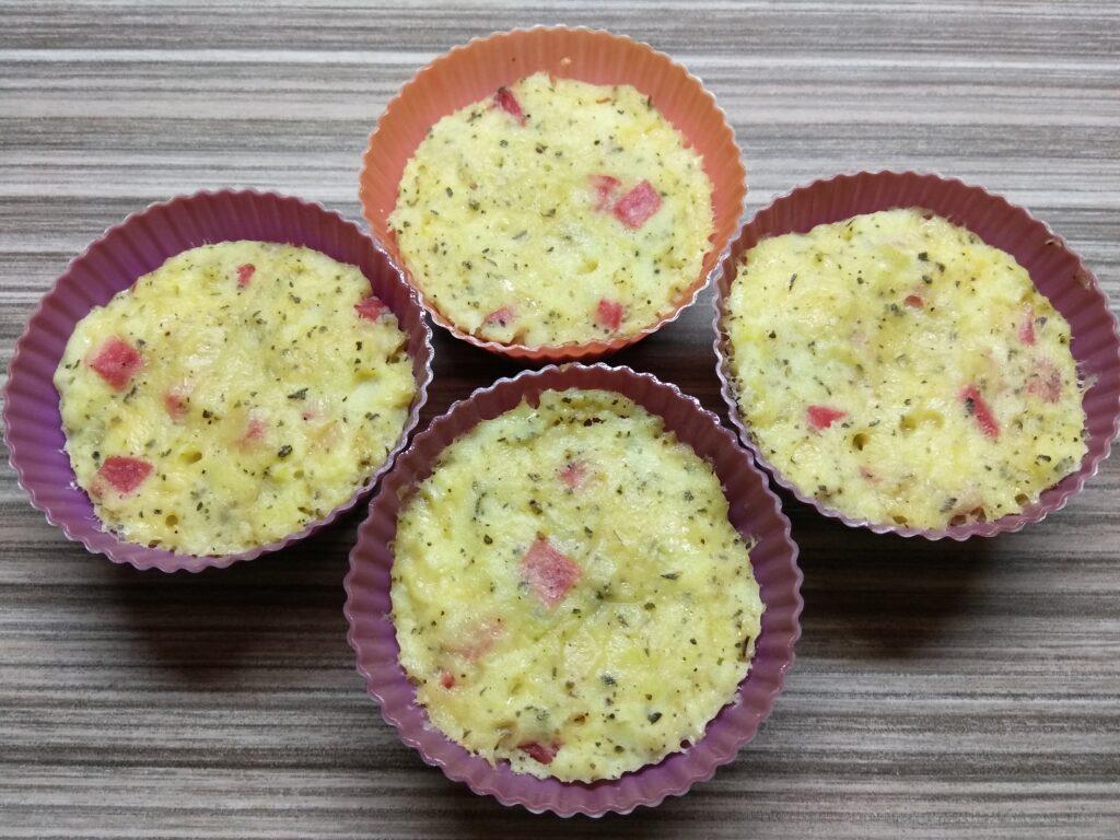 Фото рецепта - Картофельные кексы с салями - шаг 5