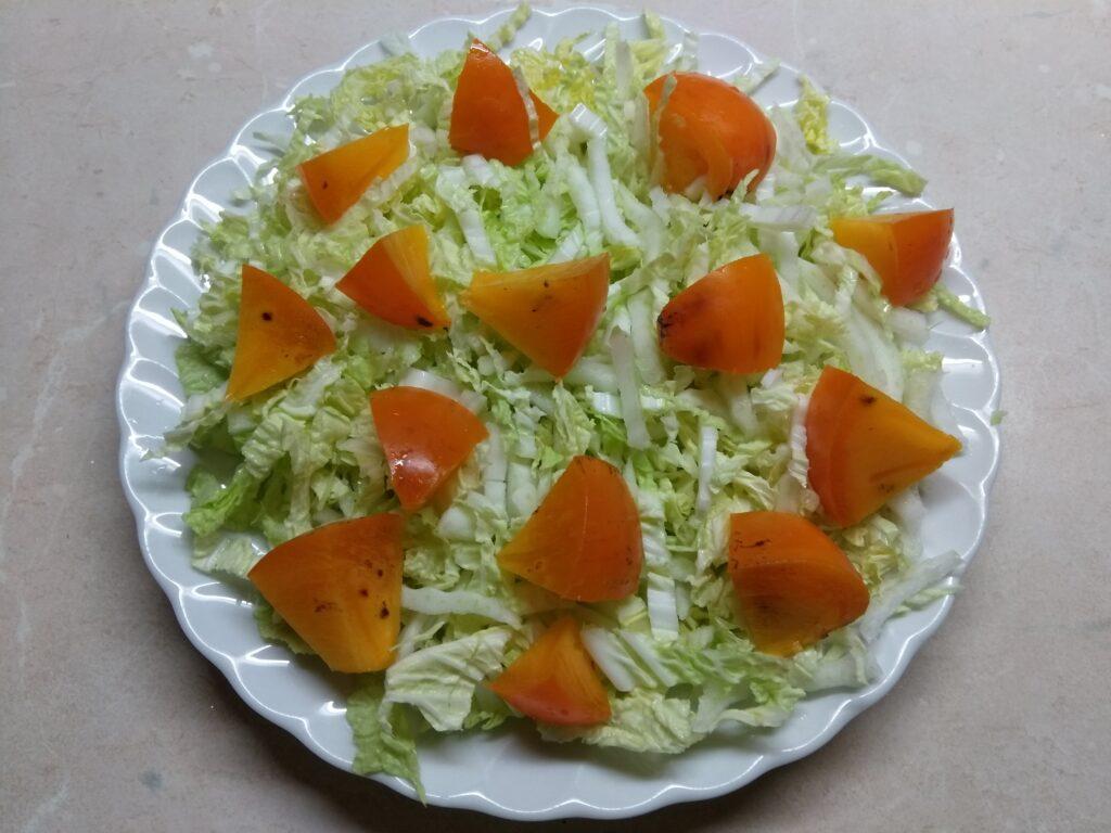Фото рецепта - Салат из капусты с хурмой, яблоком и Бри - шаг 2