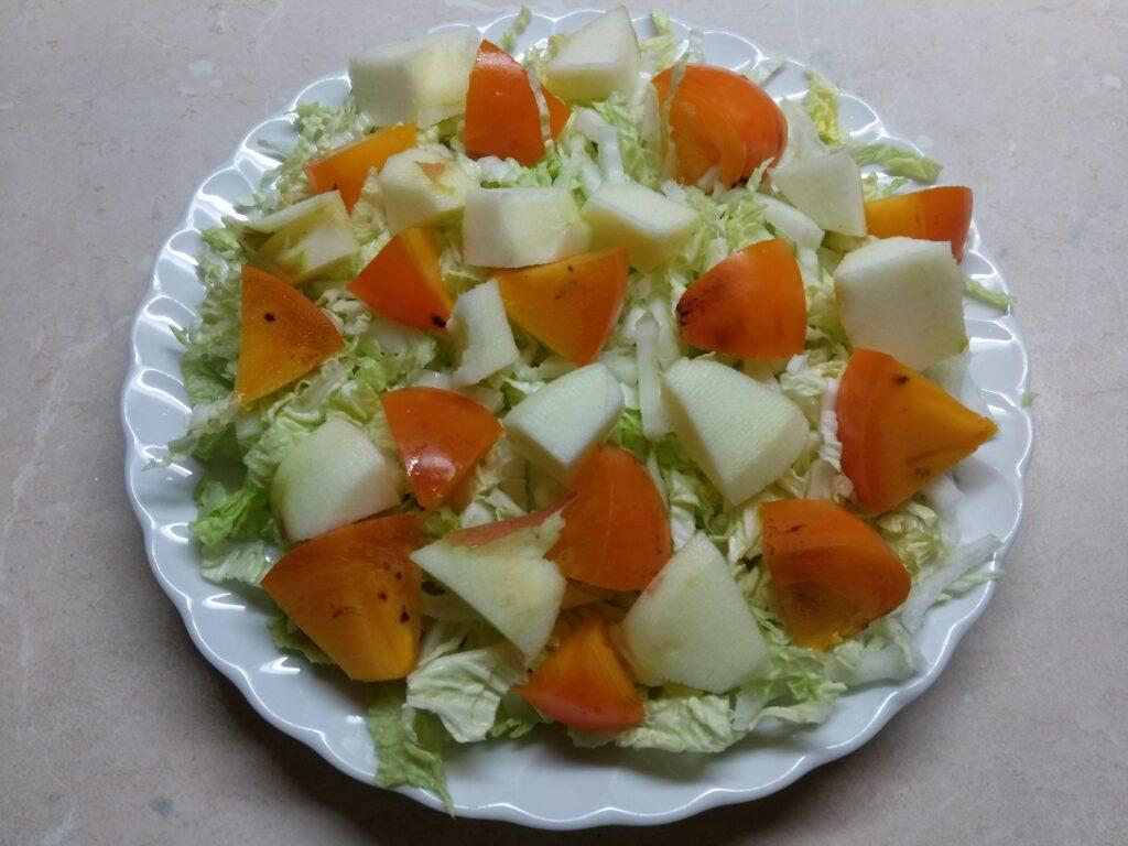 Фото рецепта - Салат из капусты с хурмой, яблоком и Бри - шаг 3