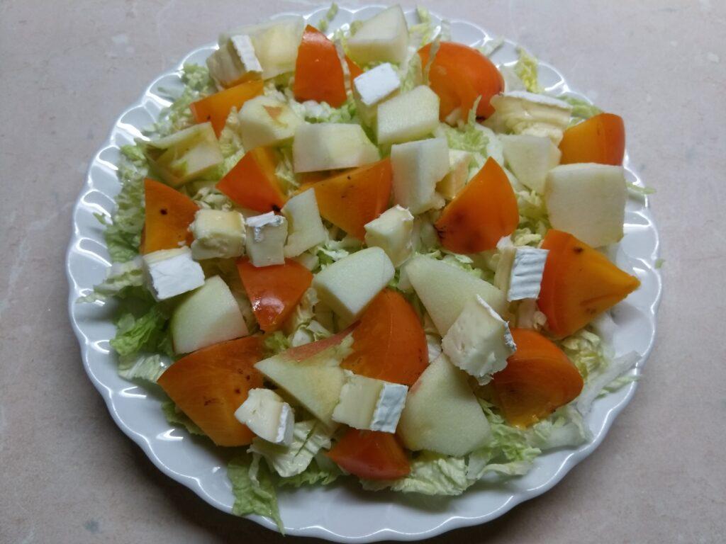 Фото рецепта - Салат из капусты с хурмой, яблоком и Бри - шаг 4
