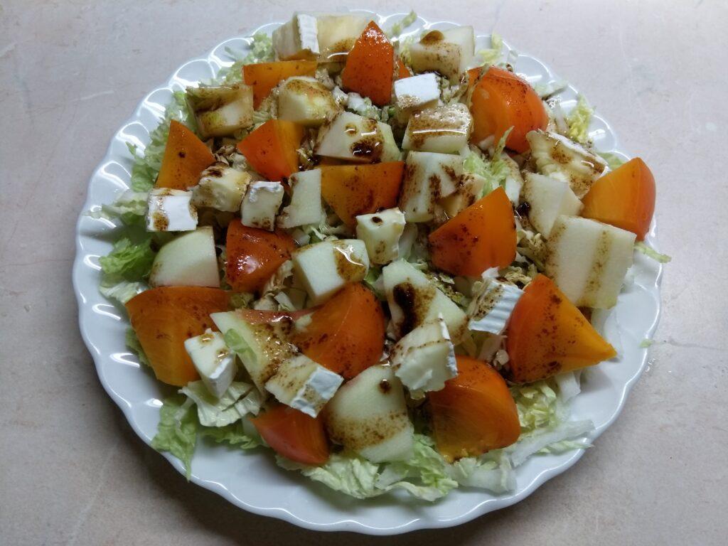 Фото рецепта - Салат из капусты с хурмой, яблоком и Бри - шаг 6