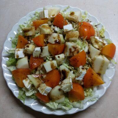 Салат из капусты с хурмой, яблоком и Бри - рецепт с фото