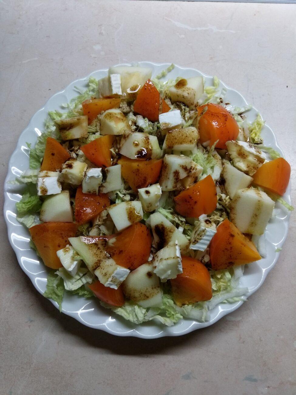 Салат из капусты с хурмой, яблоком и Бри