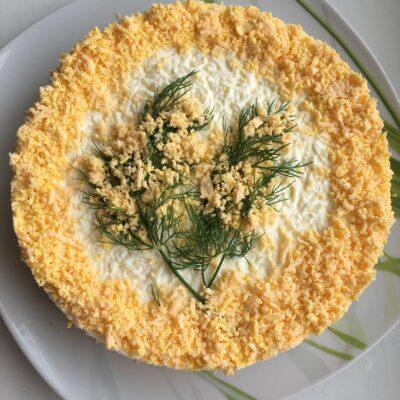 """Слоеный салат с тунцом """"Мимоза"""" - рецепт с фото"""