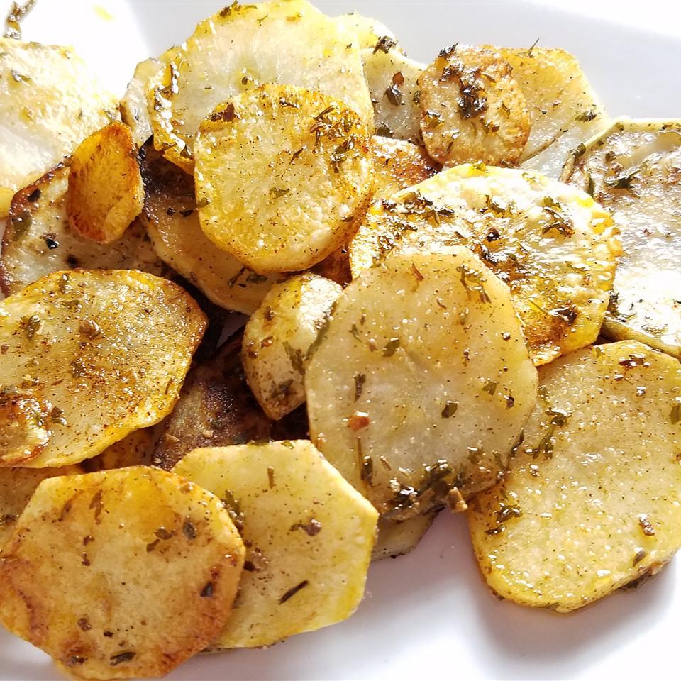 Картофель жареный на сковороде с чесноком и травами