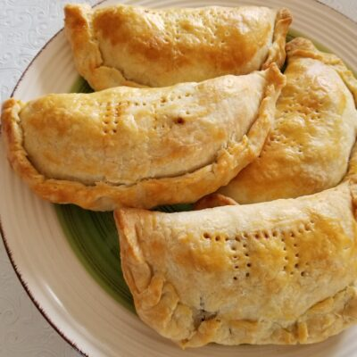 Пирожки с яблоками из слоеного теста - рецепт с фото