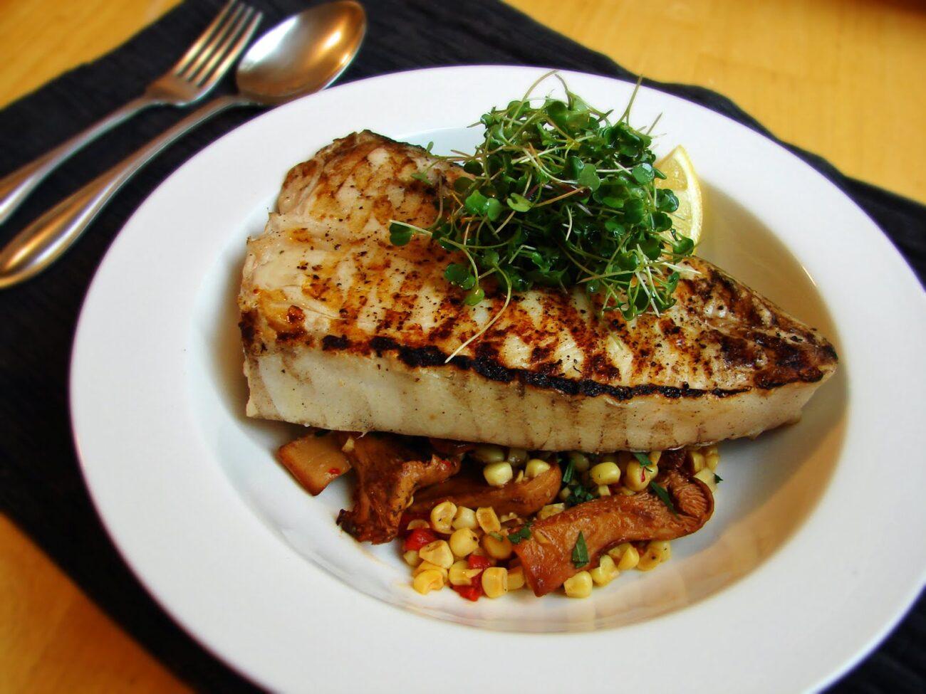 Рыба на мангале с кукурузой и грибами