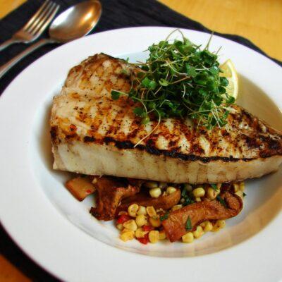 Рыба на мангале с кукурузой и грибами - рецепт с фото
