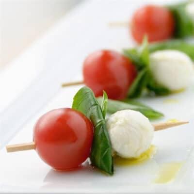 Салат Капрезе на палочке - рецепт с фото