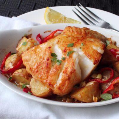 Запеченная рыба на теплом картофельном салате - рецепт с фото