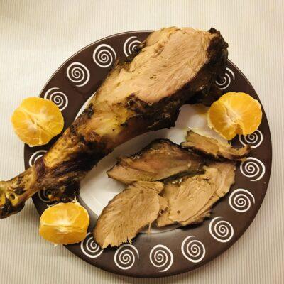 Голень индейки в мандариновом соку запечённая в духовке - рецепт с фото