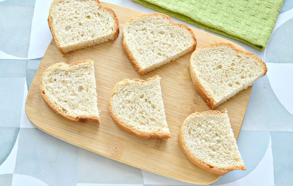 Фото рецепта - Бутерброды с сельдью, лимоном, огурцом - шаг 1