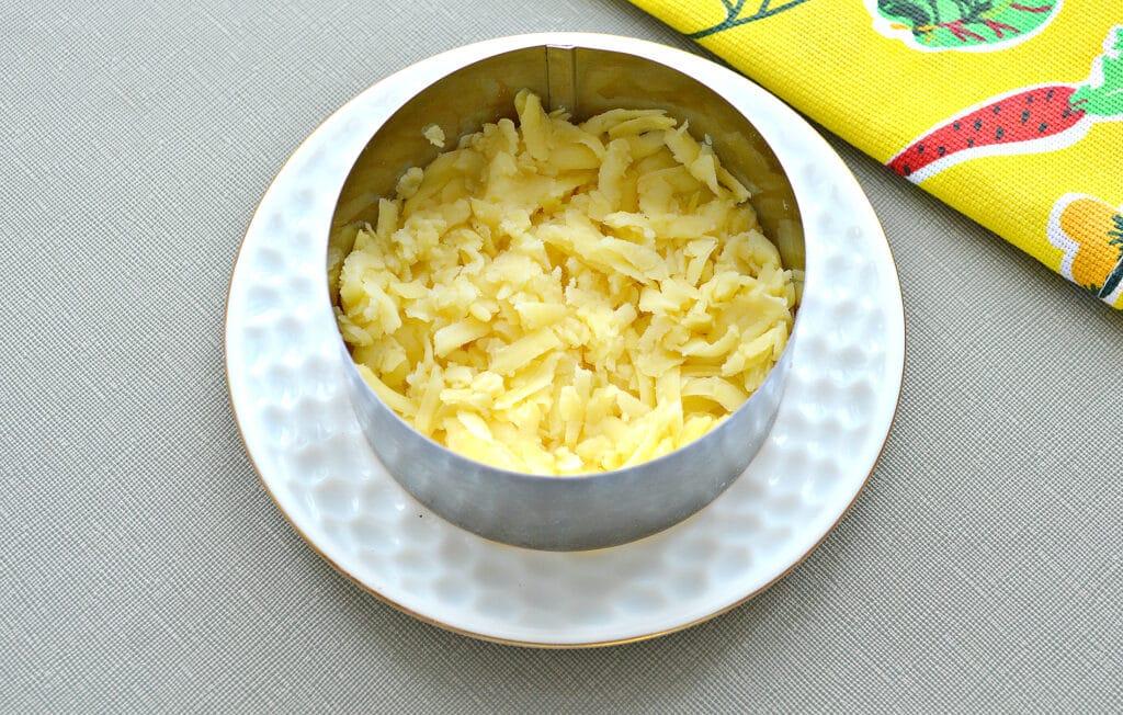 """Фото рецепта - Слоёный рыбный салат """"Шпроты под шубой"""" - шаг 1"""