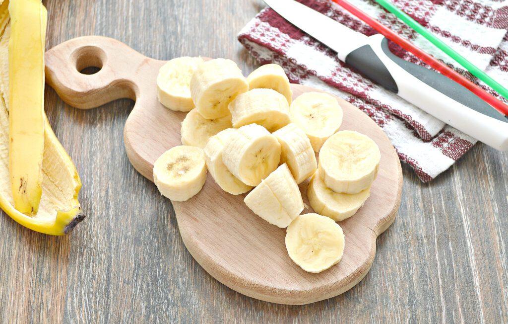 Фото рецепта - Банановый коктейль на молоке - шаг 1