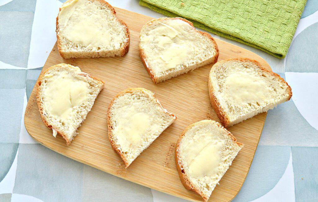 Фото рецепта - Бутерброды с сельдью, лимоном, огурцом - шаг 2