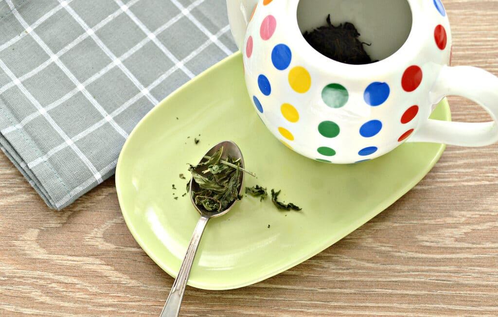 Фото рецепта - Чай с сушеной мятой и лимоном - шаг 2