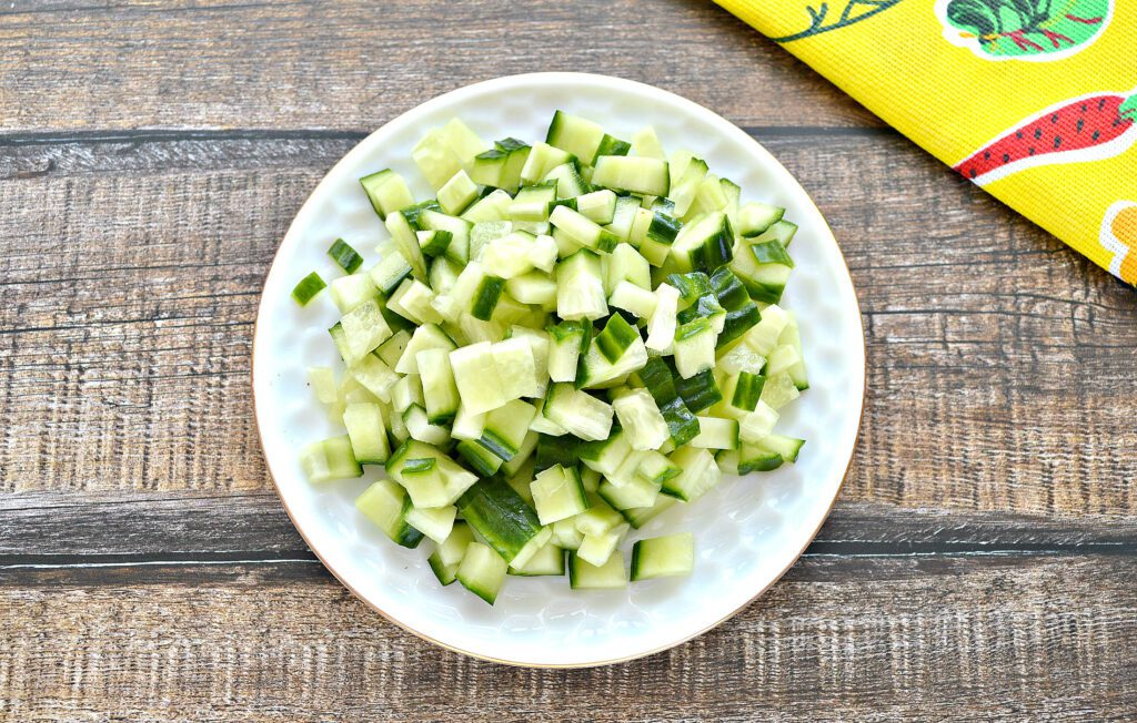 Фото рецепта - Салат с консервированным тунцом и свежим огурцом - шаг 2