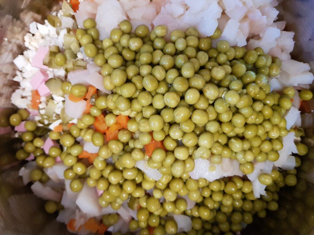 Фото рецепта - Традиционный салат Оливье - шаг 7