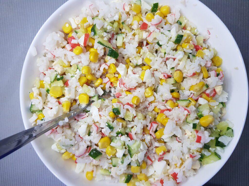 Фото рецепта - Крабовый салат со свежими огурцами и рисом - шаг 5