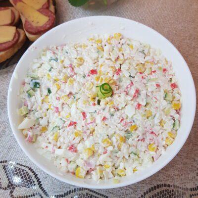 Крабовый салат со свежими огурцами и рисом - рецепт с фото