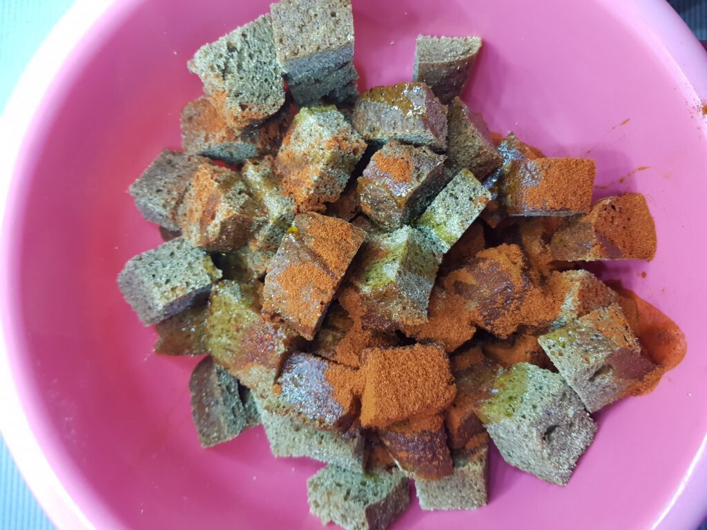 Фото рецепта - Сухарики из бородинского хлеба - шаг 2