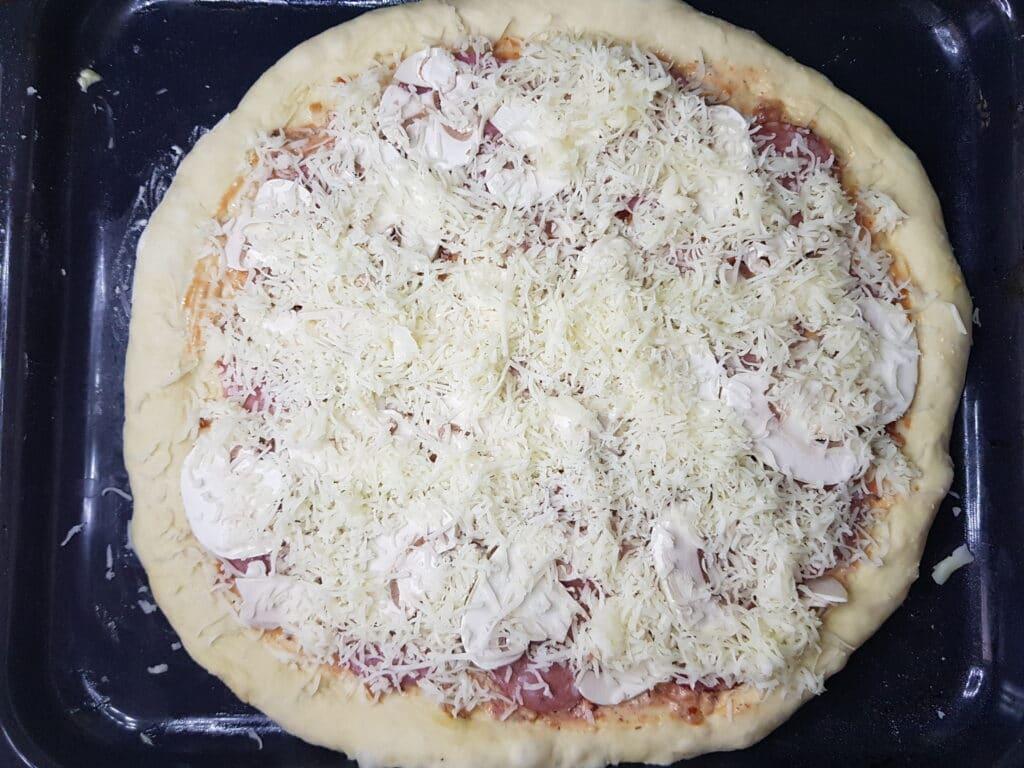 Фото рецепта - Домашняя пицца на дрожжевом тесте - шаг 8