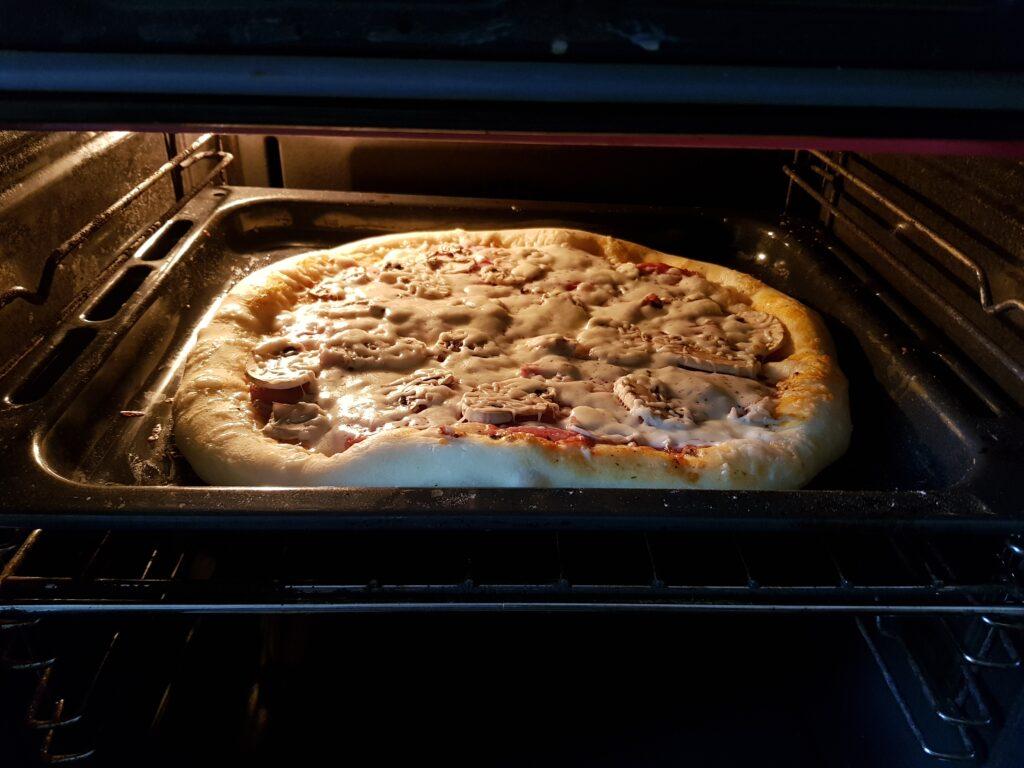 Фото рецепта - Домашняя пицца на дрожжевом тесте - шаг 9