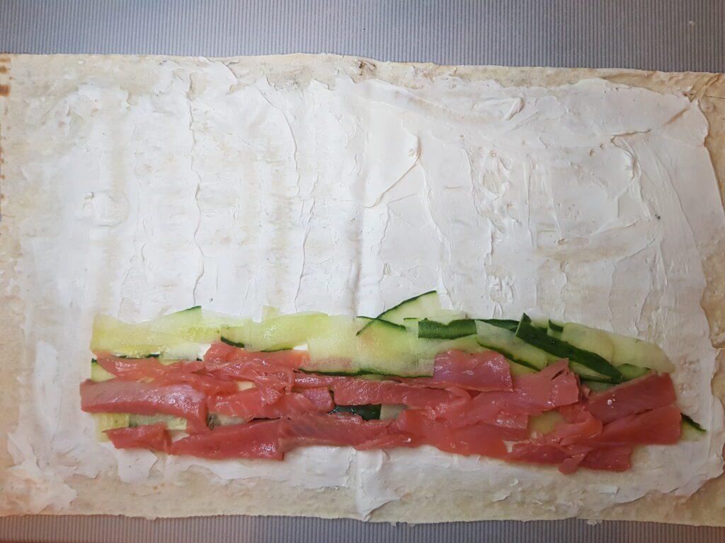 Фото рецепта - Ролл из лаваша и слабосолёной форели - шаг 3